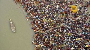 Hindu devotees take part in worship on the banks of the River Ganges river during Chhath festival, an ancient Hindu festival, rituals are performed to thank the Sun God for sustaining life on earth, in Patna, India, on Monday, Nov. 19, 2012. (AP Photo/Aftab Alam Siddiqui)