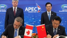 Prime Minister Stephen Harper and Hu Jintao, President of China, look on as Ed Fast, Minister of Int